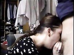 Мужчина перед вебкамерой в домашнем видео трахает глубокую глотку жены