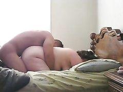 Скрытая камера в спальне сняла домашнее видео со зрелой толстухой и молодым парнем