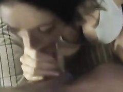 Брюнетка с большими сиськами в видео от первого лица строчит домашний минет для буккакэ