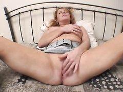 Грудастая зрелая леди с шикарной фигурой раздвинула ноги для любительского секса