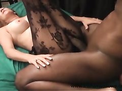 Белая рыжеволосая леди в колготках в домашнем видео отдалась негру в зрелую киску