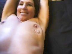 Смотреть крупным планом мастурбацию волосатой киски от зрелой красотки