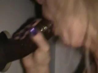 Зрелая блондинка в межрассовом видео делает любительский минет негру