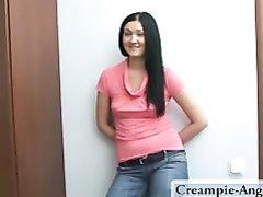 Парень в русском домашнем видео вставил молодой брюнетке и кончил внутрь