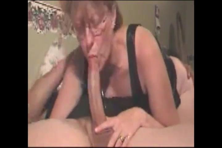 Минет в любительском видео от первого лица сделан зрелой толстухой в очках