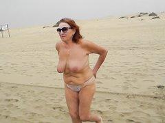 Рыжая зрелая толстуха с большими сиськами в любительском видео на пляже