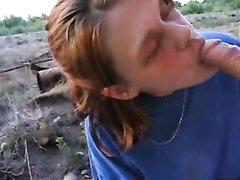 Рыжая развратница на улице бесплатно строчит любительский минет с окончанием в рот