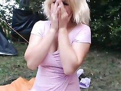 Грудастая блондинка в любительском видео крупным планом дрочит бритую щель