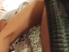 Худая шлюха в домашнем видео с проникновением в бритую щель и окончанием на талию