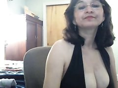 Зрелая женщина с большими сиськами в любительском видео оголяет грудь