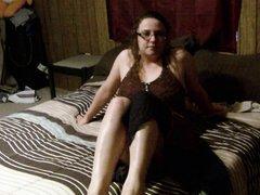 Очкастая домохозяйка в любительском видео лёжа раздвинула ноги и дрочит