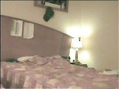 Итальянская блондинка в домашнем видео кувыркается с коллегой перед скрытой камерой