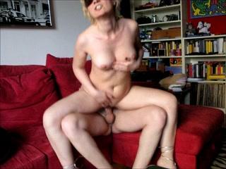 Зрелая итальянская блондинка в домашнем видео перед скрытой камерой со студентом