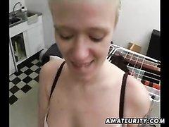 Блондинка с тату на кухне в домашнем видео ублажает возбуждённого супруга