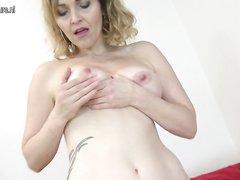 Мастурбация зрелой блондинки в нижнем белье и в чулках в домашнем видео  с вибратором