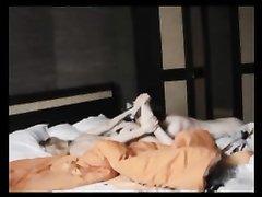 Перед скрытой камерой студент в домашнем видео лижет попу и киску зрелой дамочке