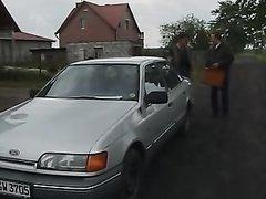 Фермер в любительском видео во дворе трахает горничную с большими сиськами