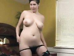 Зрелая женщина с большими сиськами разделась для домашней мастурбации с секс игрушкой