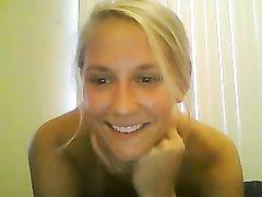Анальная мастурбация блондинки с маленькими сиськами в любительском видео
