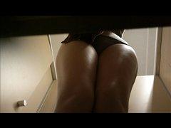 Любительское видео с подглядыванием через скрытую камеру за девушкой в раздевалке