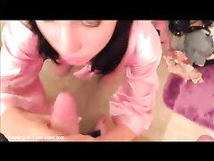 Худая брюнетка с маленькими сиськами строчит минет перед домашним сексом в ванной