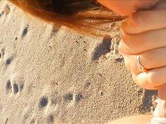 Женщина в любительском видео от первого лица дрочит член незнакомца на пляже