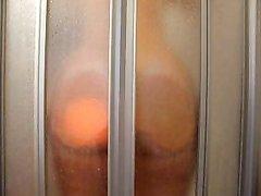 Смотреть на зрелую красотку с большой попой принимающую горячий душ в ванной