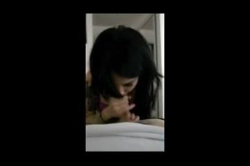 Татуированная брюнетка в домашнем видео от первого лица ласкает член ртом