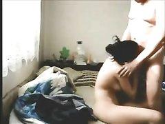 Зрелый клиент в домашнем видео на диване прокачивает молодую проститутку