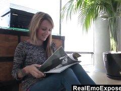 Худая блондинка с тату и маленькими сиськами в любительском видео дрочит клитор