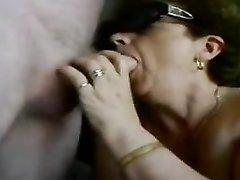 Смотреть любительский минет с окончанием в рот зрелой толстухи в чулках