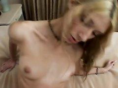 Блондинка с маленькими сиськами наелась спермы после домашнего секса