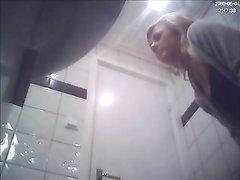 Скрытая камера для любительского онлайн подглядывания за блондинкой в туалете