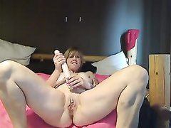 Зрелая дама с большими сиськами в любительском видео дрочит бритую киску