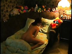 Смотреть любительскую мастурбацию красивой дамы в спальне со скрытой камерой