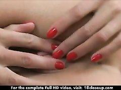 Русская блондинка в домашнем видео крупным планом дрочит мокрую киску