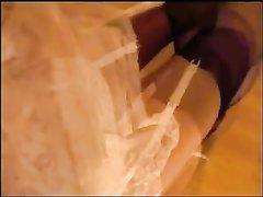 Зрелая дама в нижнем белье и чулках позирует в домашнем видео крупным планом