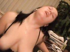 Любительское видео с мастурбацией и проникновением в бритую киску брюнетки