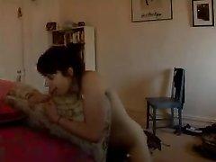 Девушка на видео со скрытой камеры занята любительской мастурбацией киски