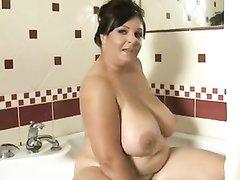 Зрелая толстуха с огромными сиськами в соло сцене домашнего видео дрочит щель