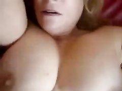 Грудастая зрелая толстуха легла на диван для домашнего секса с коллегой