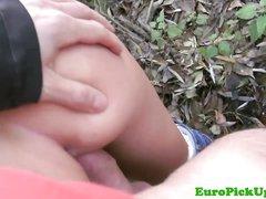 Фигуристая блондинка в парке в любительском видео от первого лица сосёт у пикапера