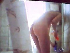 Подглядывание по скрытой камере в домашнем видео за девушкой с волосатой киской