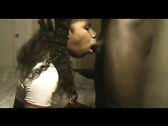 Негритянка на видео со скрытой камерой сосёт чёрный член до окончания на лицо