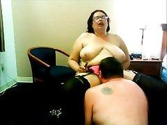 Грудастая зрелая толстуха в чулках в домашнем видео стонет от нежного куни