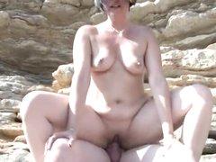 Подглядывание за сексом зрелой брюнетки с толстым незнакомцем на пляже