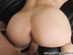 Молодой блондинке на порно кастинге партнёр после жёсткого минета кончил внутрь