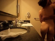 Гость в любительском видео трахает молодую леди перед скрытой камерой