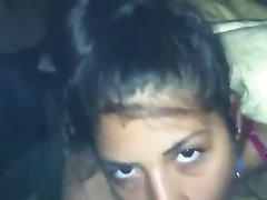 Молодая смуглянка в видео от первого лица строчит любительский минет клиенту
