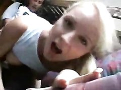 Фигуристая молодая блондинка дрочит киску перед домашним сексом с буккакэ